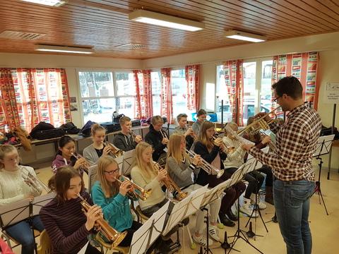 Vi nærmer oss Kjendiskonserten: Her leder Kristoffer trompetene under gruppeøvelsen på lørdag.