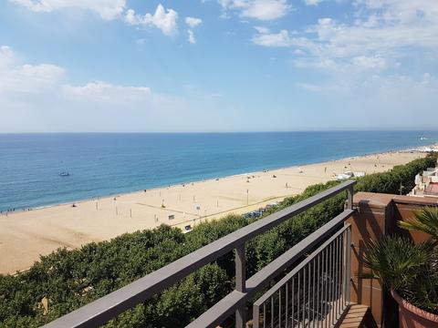 Sommertur under spansk sol: Ikke noe feil med hverken takterassen på hotellet eller stranden nedenfor.