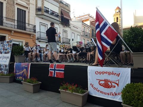 Sommertur under spansk sol: Det sammensatte korpset under ledelse av Kristoffer Kregnes.