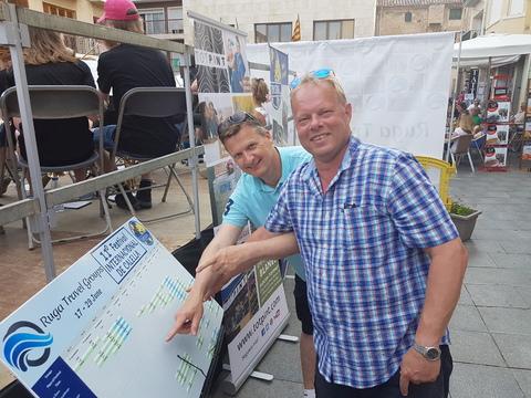 Sommertur under spansk sol: Thor Arne og Thor Inge prøve å få oversikt over konsertrekkefølgen.