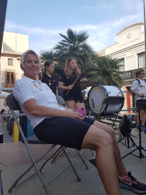 Sommertur under spansk sol: Dirigent Hidle fra Oppegård har en liten pause mens Kristoffer dirigerer.