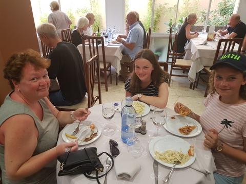 Sommertur under spansk sol: Mat må man ha.