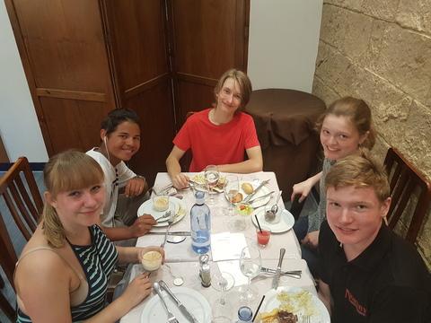 Sommertur under spansk sol: Denne gjengen er godt fornøyd med maten på hotelet.