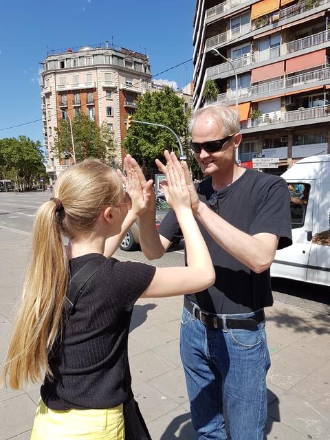 Spania del 2: Far og datter venter på bussen....