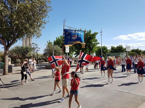 Spania del 2: Sør Ål fra Lillehammer i gang med paraden.