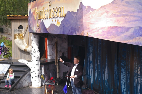 Vår trommis med trylleshow i Hunderfossen: Benjamin hadde trylleshow i Hunderfossen Familiepark sommeren 2013.
