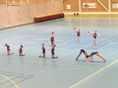 Beinhard jobbing og pallplassering for drillen: Juvenilejentene på gulvet under sin Twirl team opptreden