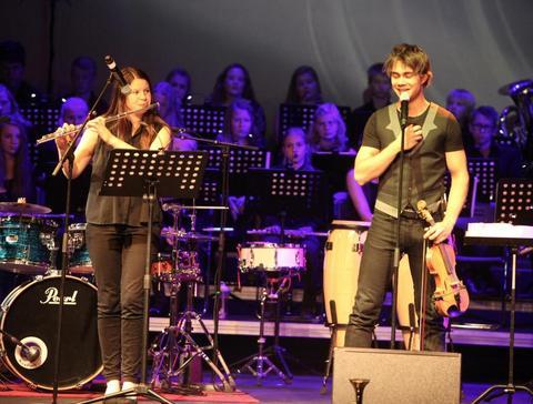 Eirin og Benjamin nominert til Drømmestipend: Her spiller Eirin sammen med Alexander Rybak på Kjendiskonserten 3. november. Foto: Østlandets Blad