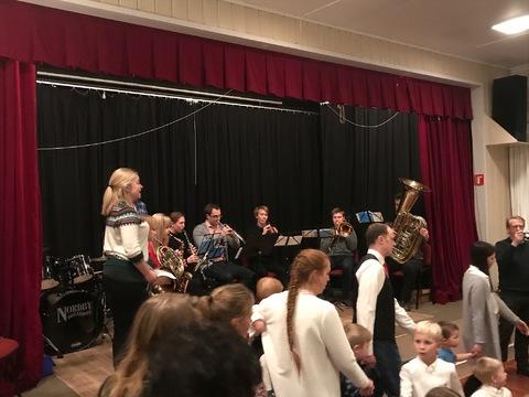 HK bød opp til fest på Liahøy: Stor trafikk og allsang foran scenen