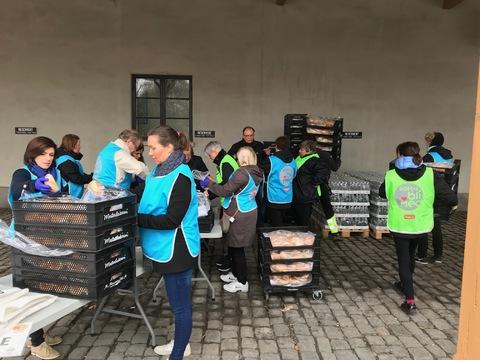 Flott og vellykket Jubileumsparade i Oslo: Hektisk aktivitet med pakking av 20 boller og ti flasker vann i hver pose