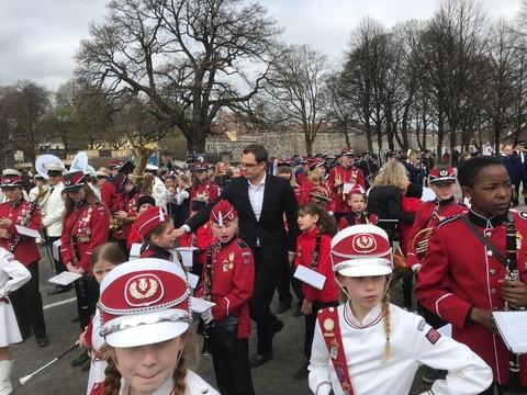 Flott og vellykket Jubileumsparade i Oslo: Kristoffer prøver å få orden på drillere og musikanter på oppstillingsplassen
