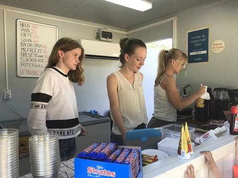 Rekordomsetning for kiosken på Breivoll!: Johanne og Malene gjør hva de kan får å ta unna køen. Anette sørger for rikelig tilgang av vafler