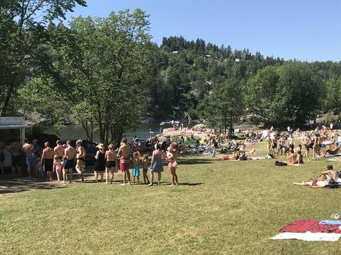 Rekordomsetning for kiosken på Breivoll!: Godt med folk på stranden i 13-tiden og fortsatt godt sig av folk på vei for en dukkert
