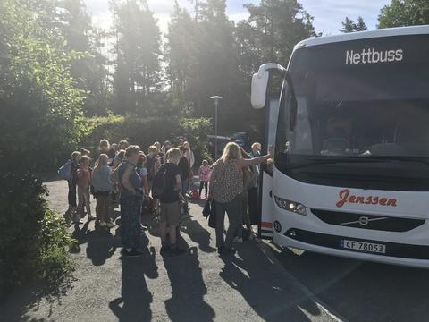 Tusen takk for en kjempefin korpstur!: Her pakker vi bussen før avgang
