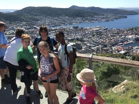 Tusen takk for en kjempefin korpstur!: Julian, Milla, Bidalya og Gitte på toppe av Fløien