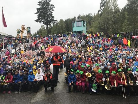 Vellyket stevne på Tusenfryd til tross for utfordringer med været: God stemning ved hovedscenen søndag, tross vått overalt