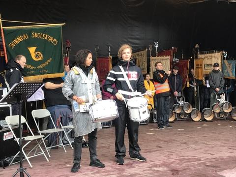 Vellyket stevne på Tusenfryd til tross for utfordringer med været: Stefan og en annen musikant spiller Gammel Jegermarsj