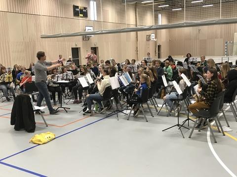 Kjendis-seminar på Solberg: Aktiv dirigent på øvelsen
