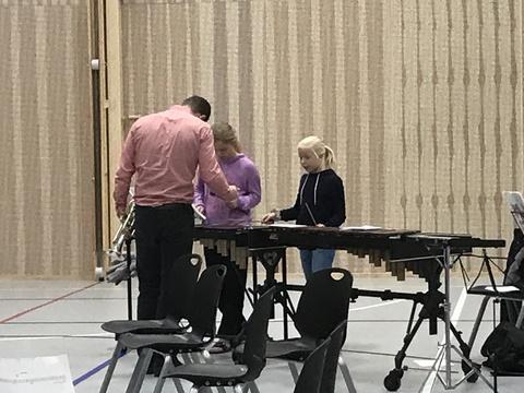 Kjendis-seminar på Solberg: Kristoffer instruerer musikanter på Xylofon