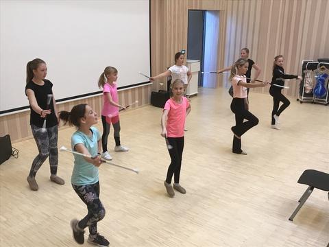 Kjendis-seminar på Solberg: Formasjonen for drill-jentene begynner å fallre på plass