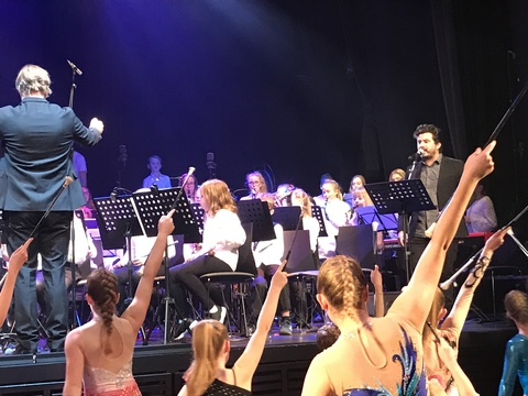 Vel gjennomført Kjendiskonsert: Apirantene og juniorene åpnet konserten med Viva la vida og drill
