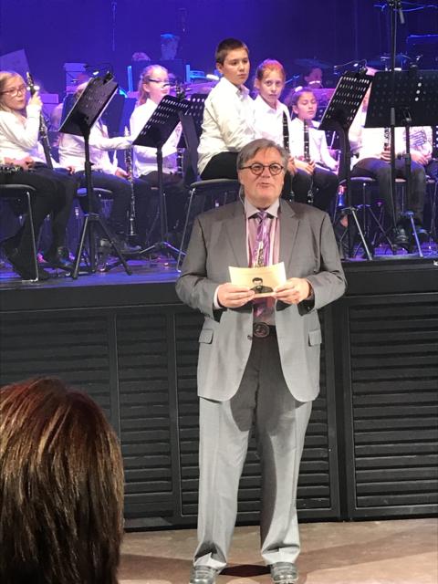 Vel gjennomført Kjendiskonsert: Årets konferansier før han klarte å finne plass på scenen ;-)