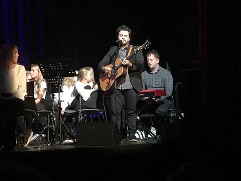 Vel gjennomført Kjendiskonsert: Chris fikk også anledning til å fremføre noen av hans egen sanger som høstet stor applaus