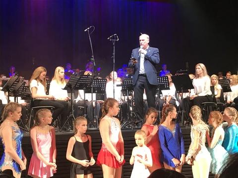 Vel gjennomført Kjendiskonsert: Aldri en kjendiskonsert uten primus motor Bård