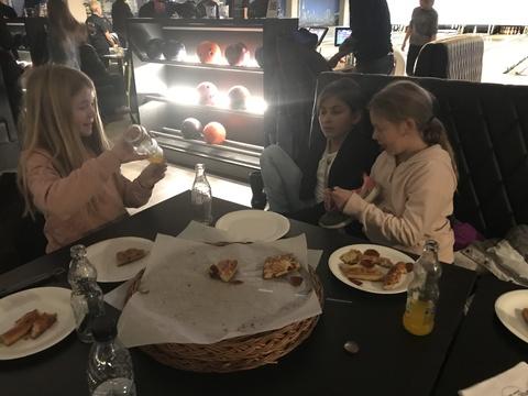 Velfortjent 'øvelse' på Ski Bowling: Pizza og brus slår sjeldent feil