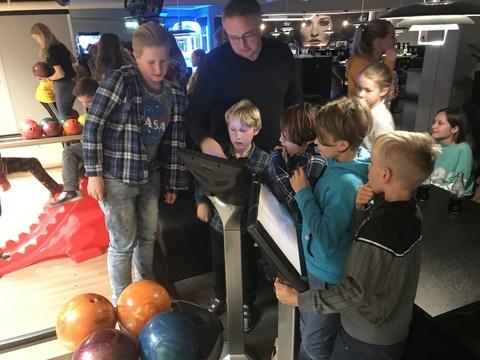Velfortjent 'øvelse' på Ski Bowling: Lars Martin har ikke bare greie på musikk og noter, men er også flink til å dirigere innstillingene på bowlingbanen