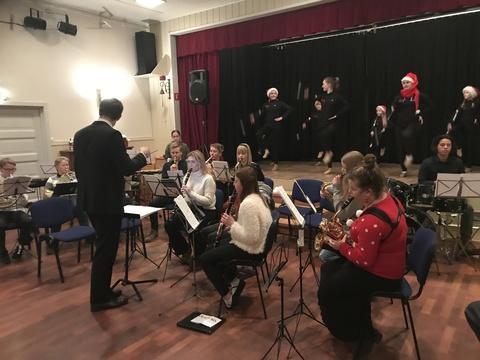 Hyggelig juleavslutning på Liahøi: Hovedkorpset med drillere i bakgrunnen