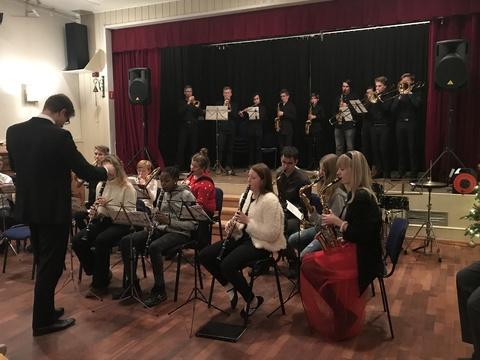 Hyggelig juleavslutning på Liahøi: Kveldens konsert ble avsluttet med Deilig er jorden, med musikanter fra både HK og BÅB