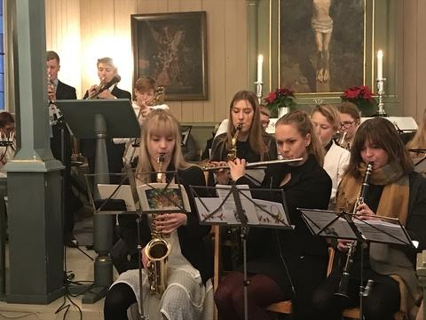 Vi ønsker alle en riktig god jul og godt nytt år !: Stort oppmøte av unge og litt eldre på gudstjenesten i år
