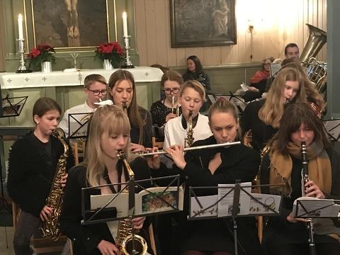 Vi ønsker alle en riktig god jul og godt nytt år !: Med så mange musikanter ble det litt trangt om plassen, men stemningen var god