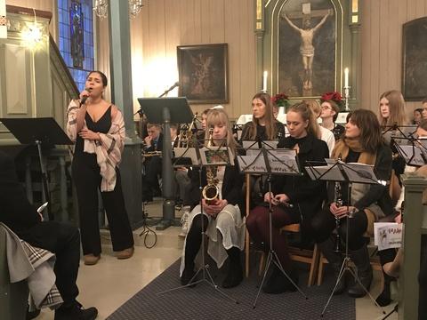 Vi ønsker alle en riktig god jul og godt nytt år !: Tidligere driller og tamburmajor sang denne gangen i samme gudstjeneste som korpset, noe som gjorde julaften fulkommen for de fremmøtte med god sang og musikk