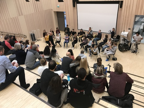 Hyggelig årsfest på Solberg skole: Her ser vi fra konserten hvor musikantene fremførte de tre melodiene de hadde lært
