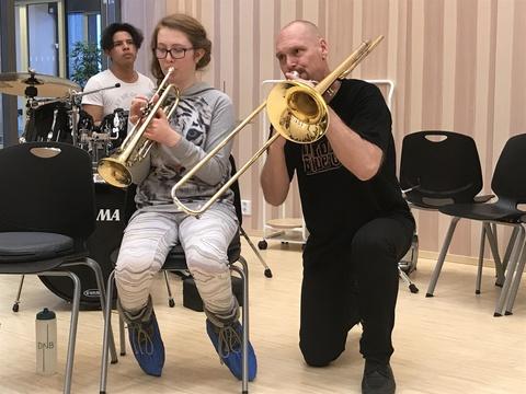 Hyggelig årsfest på Solberg skole: Det var flere som spilte solo undeer konserten. Her ser vi Henny i samspill med Rune