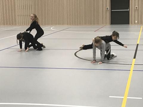 Hyggelig årsfest på Solberg skole: Her ser vi en av oppvarmingsøvelsene som drillerne lærte.