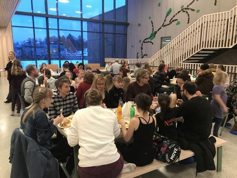 Hyggelig årsfest på Solberg skole: Rundt 80 personer var samlet til underholdning og god mat