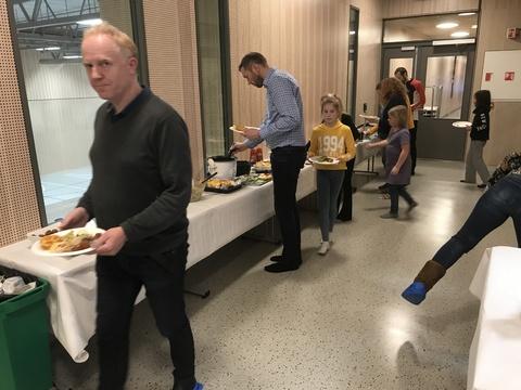 Hyggelig årsfest på Solberg skole: Det ble rigget et stort buffetbord med masse god medbragt mat. Her etter at de allerfleste hadde forsynt seg