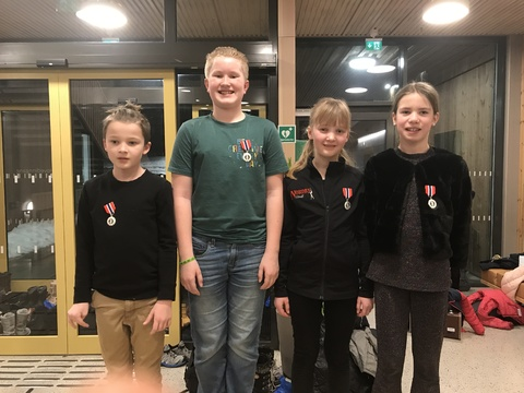 Hyggelig årsfest på Solberg skole: Her står Felix, Victor, Nathalie og Tina, med deres vel fortjente 3-års medaljer