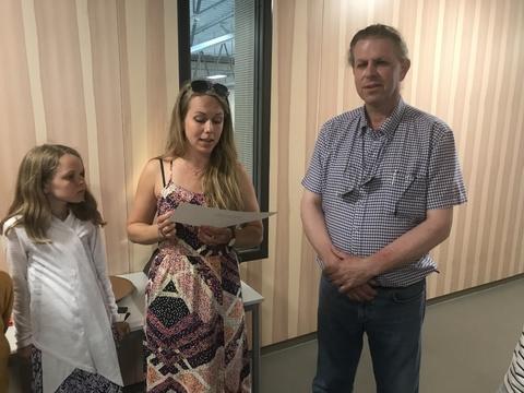 Litt amputert sommeravslutning på Solberg: Hanne leser fra diplomet til Tore før overrekkelsen av diplom og æresmedalje