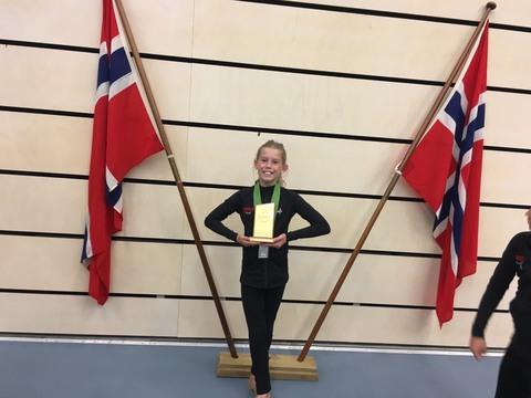 Gull, sølv og bronse til Drilljentene i NM!: Her er en tolt og glad Selma med både sølvmedalje rundt halsen og trofeet fra Ehibition