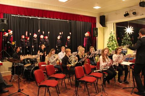Hyggelig juleavslutning på Liahøy: HK og søte små drillpiker i aksjon