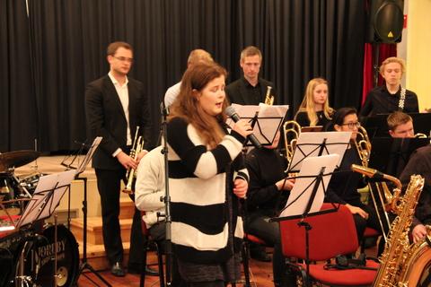 Hyggelig juleavslutning på Liahøy: Marthe med flott tolkning av Odd Nordstoga sammen med BÅB