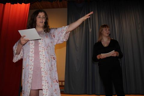 Vellykket Årsfest på Nordby skole: Marthe og Veronica som geleidet oss gjennom kvelden