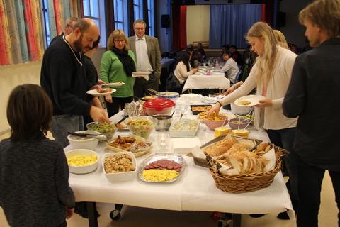 Vellykket Årsfest på Nordby skole: Mye deilig mat å velge mellom