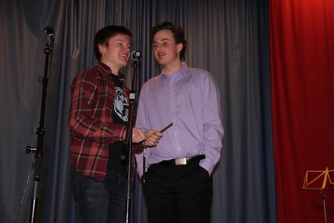 Vellykket Årsfest på Nordby skole: Simon og Tor Kristian sang om det de ikke kunne