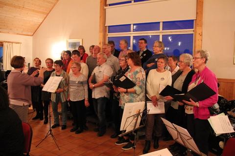 Hyggelig vårkonsert i menighetshuset: Nordbykoret sang mange kjente sanger