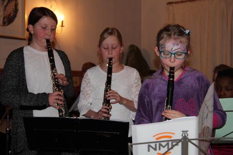 Hyggelig vårkonsert i menighetshuset: Her er tre andre unge klarinettister som spiller fra Flåklypa